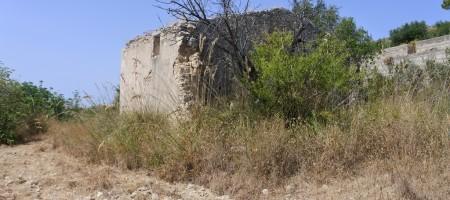 (Italiano) Terreno panoramico con caseggiato in c.da Busulmone