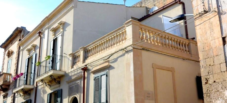 Casa con terrazzino via Aurispa