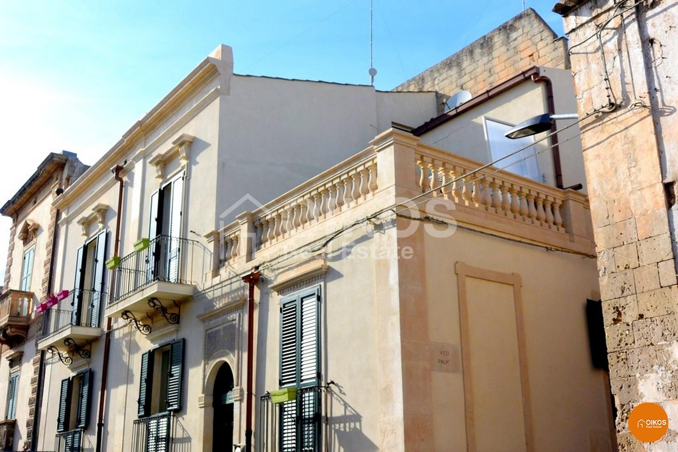 Casa con terrazzino via Aurispa a Noto