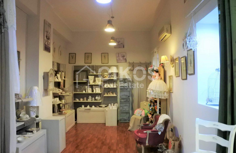 Locale commerciale con vetrine in via Ugo Lago 6