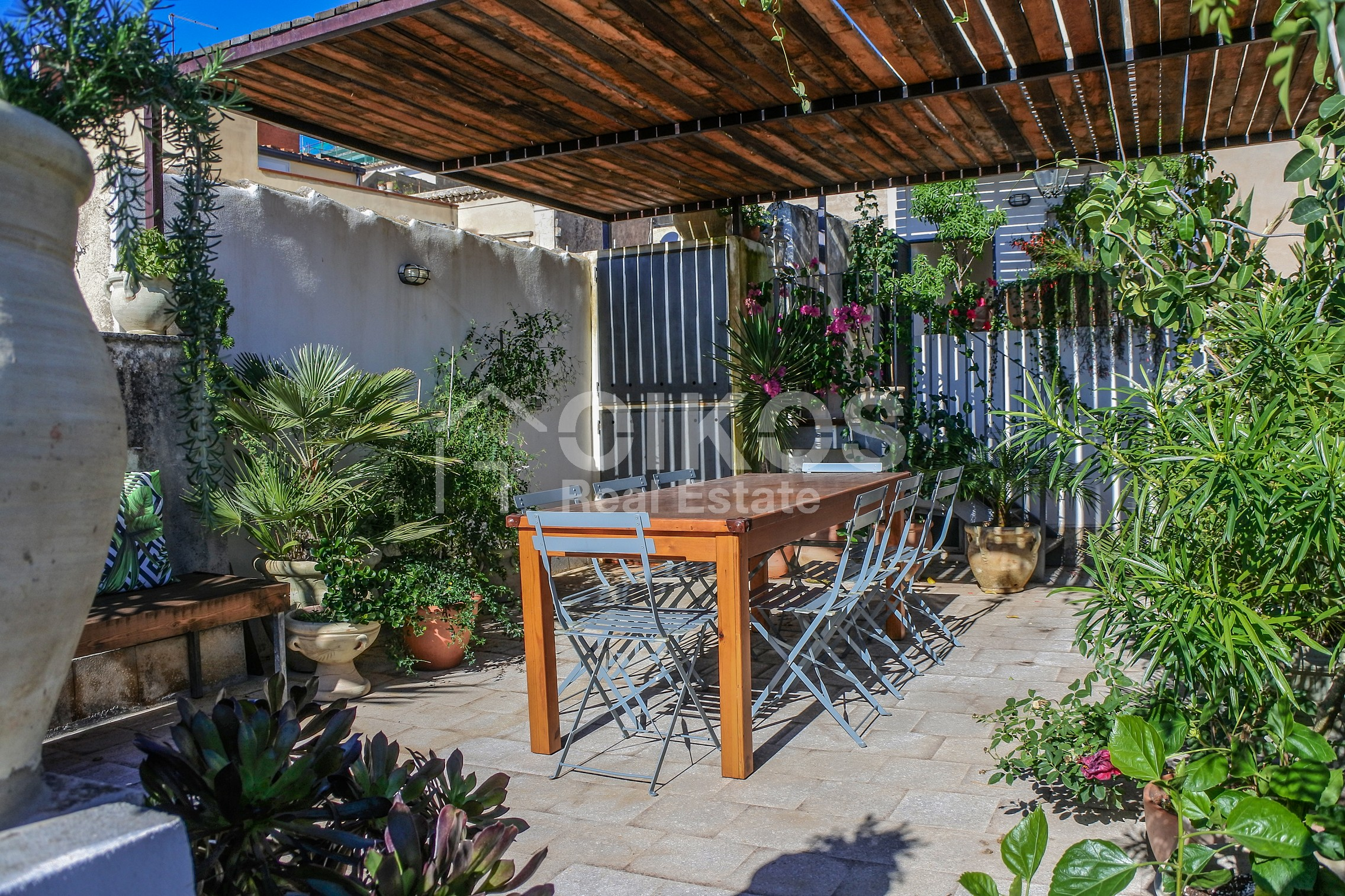 Terrazzi fioriti a mannarazze oikos real estate for Terrazzi fioriti