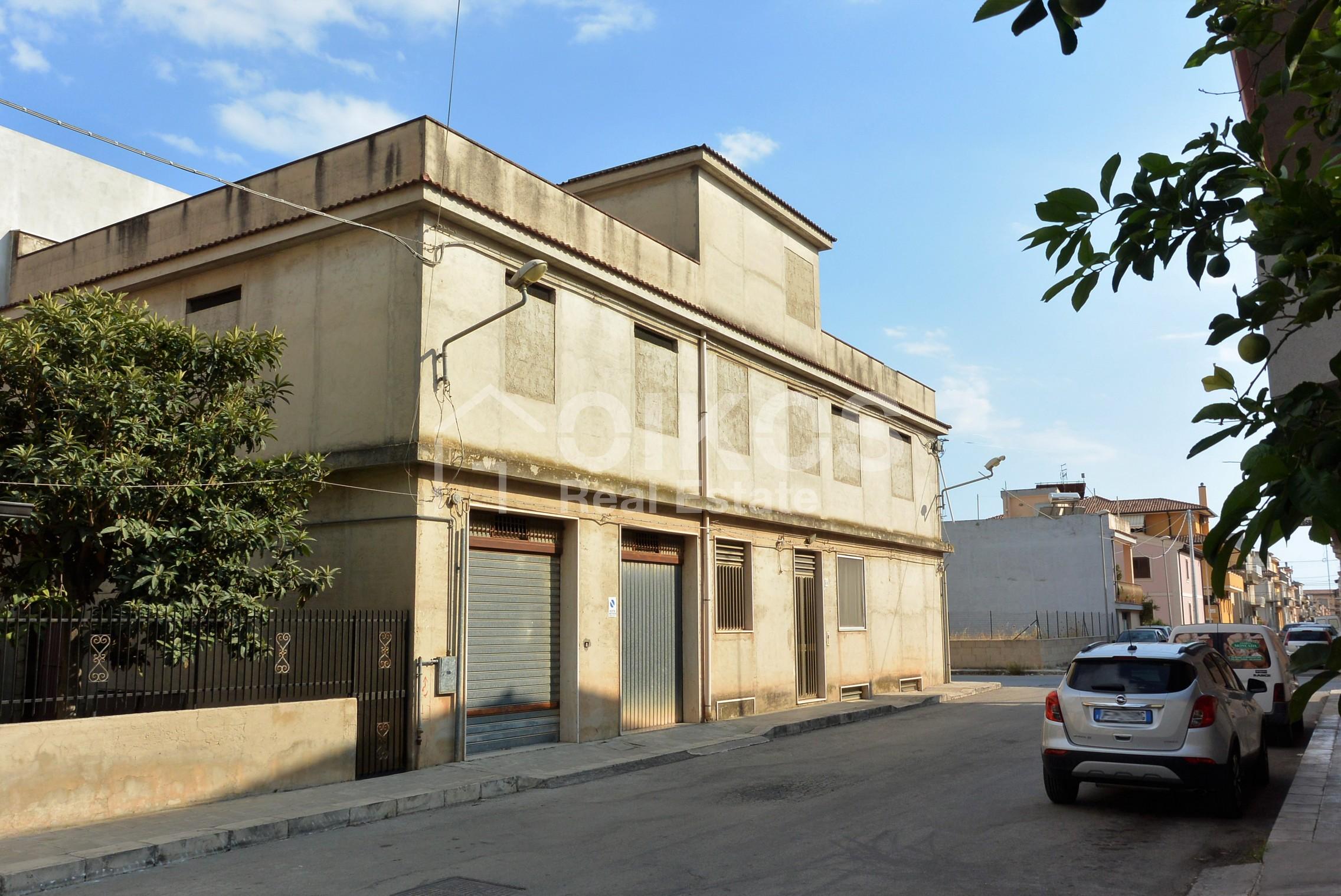 Unità immobiliare su tre livelli con garage e giardino 1