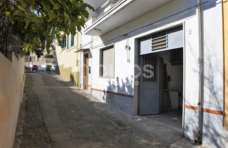 Casa singola con terrazzo e garage 1