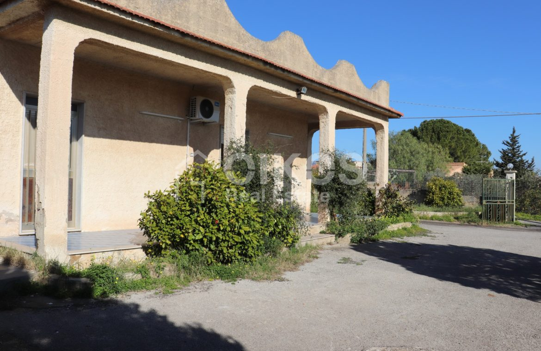 Villetta con terreno e dependance in contrada Falconara 3