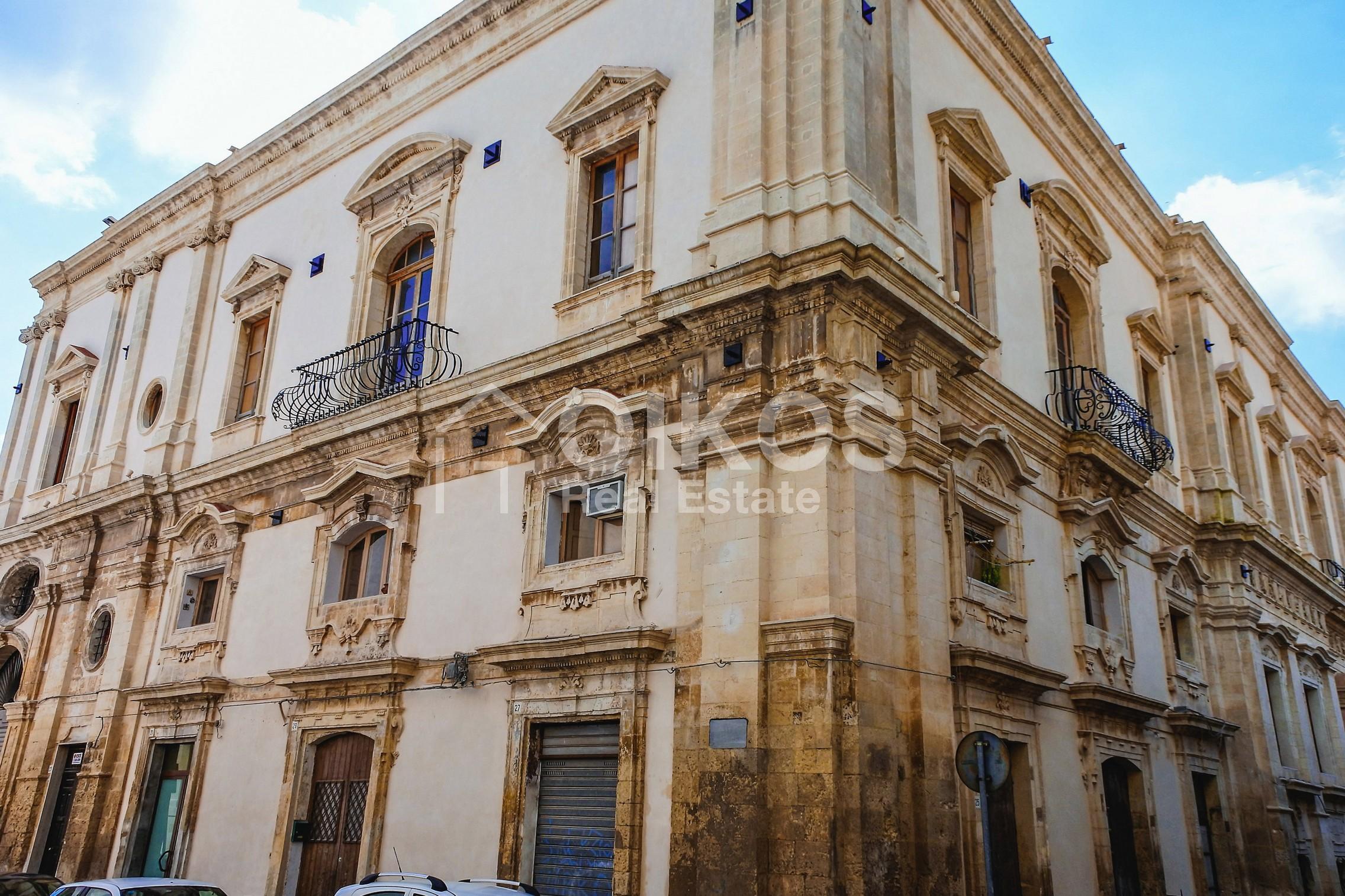 Palazzo dei Padri Crociferi in via Cavour 1 01