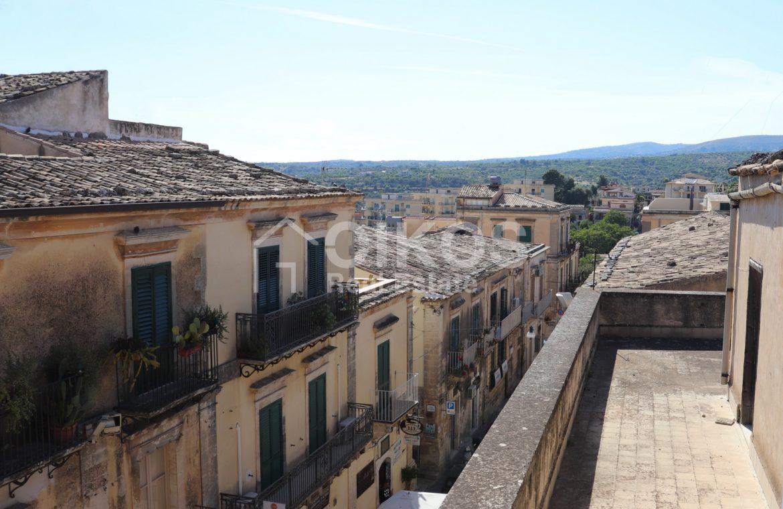 Casa con cortile e terrazzi al corso 12