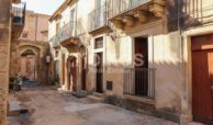 Casa singola con cortile in via Rocco Pirri 2