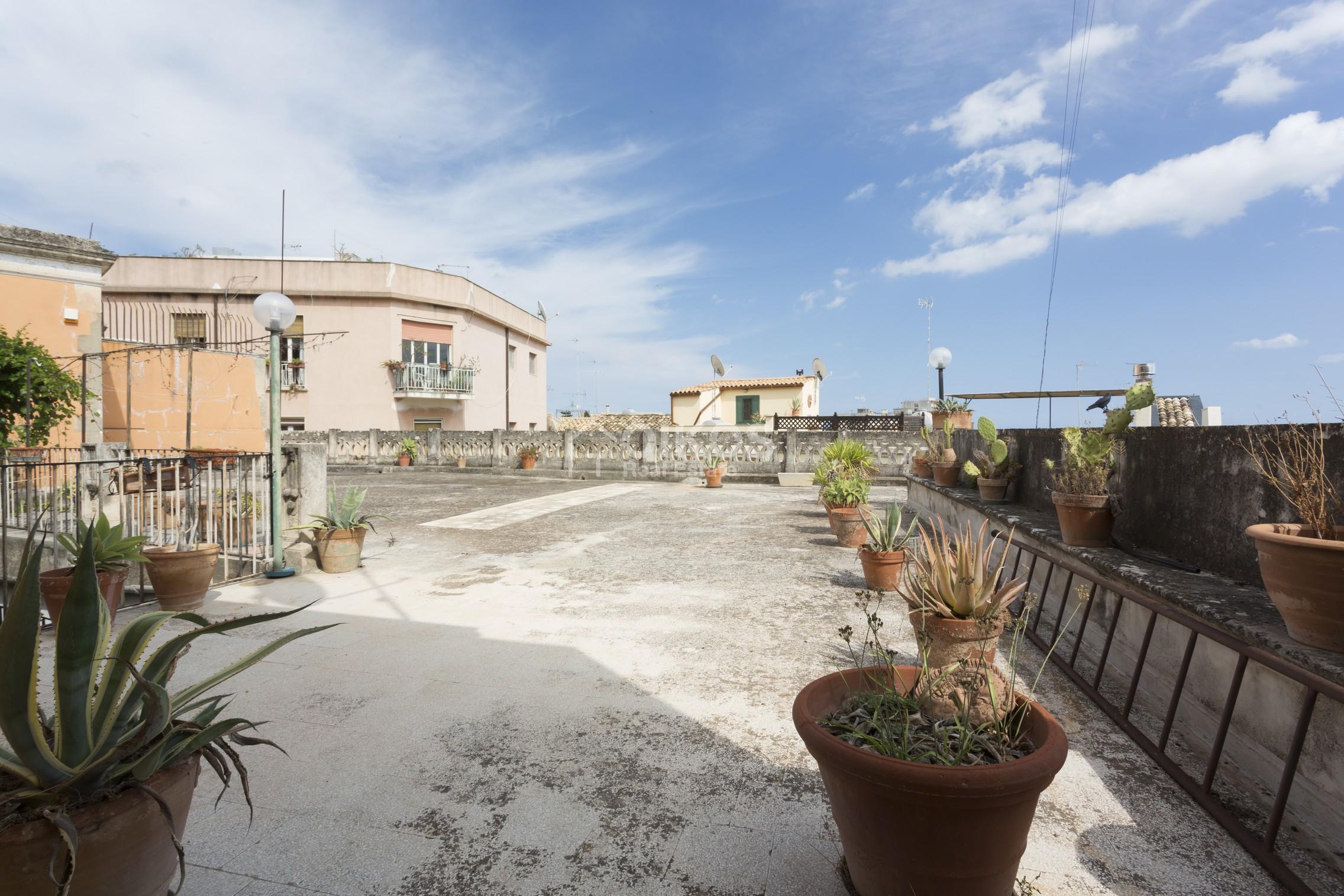 Centralissima casa con ampio terrazzo e giardino (3)