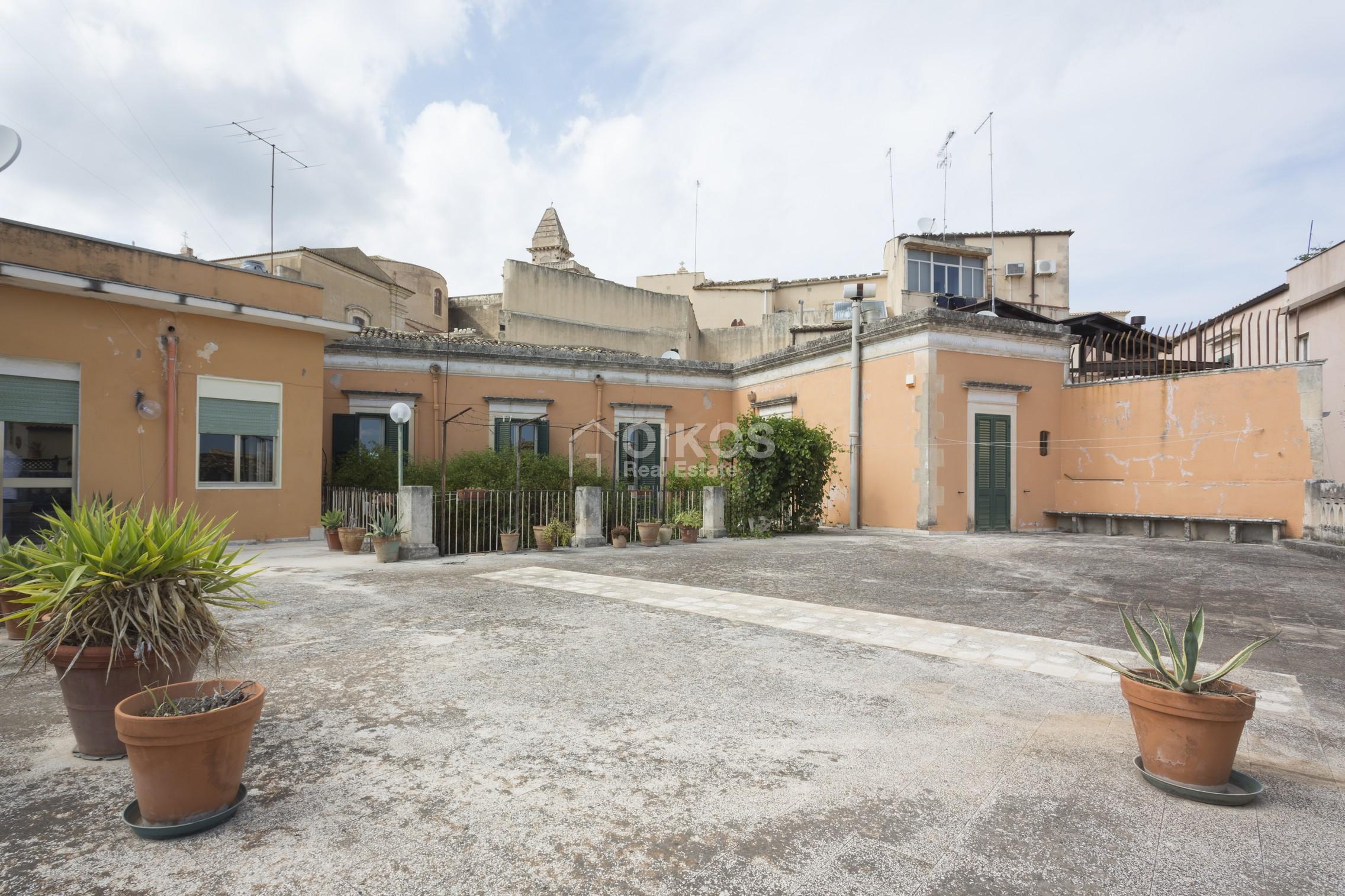 Centralissima casa con ampio terrazzo e giardino (4)
