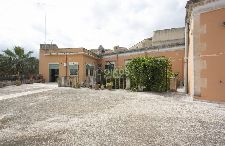 Centralissima casa con ampio terrazzo e giardino (5)