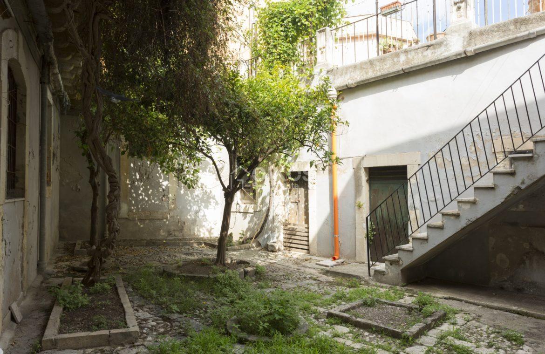 Centralissima casa con ampio terrazzo e giardino (6)