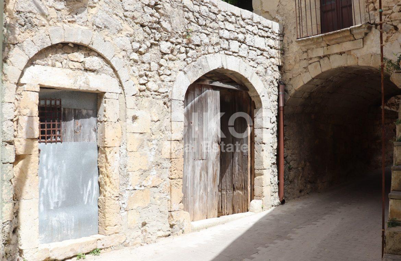 Caseggiato con antica macina nel cuore di Palazzolo Acreide 2