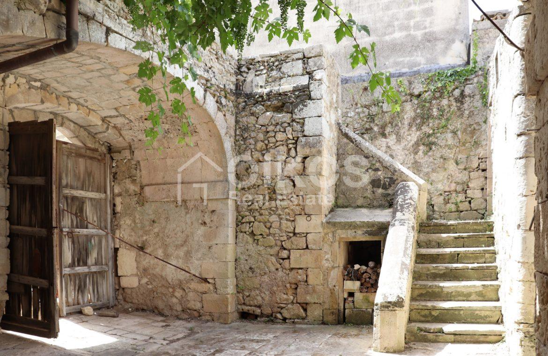 Caseggiato con antica macina nel cuore di Palazzolo Acreide 3