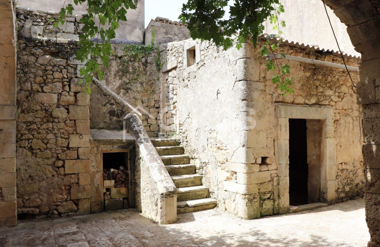 Caseggiato con antica macina nel cuore di Palazzolo Acreide 4