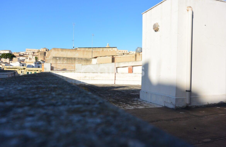 Casa con ampio terrazzo e due garage5